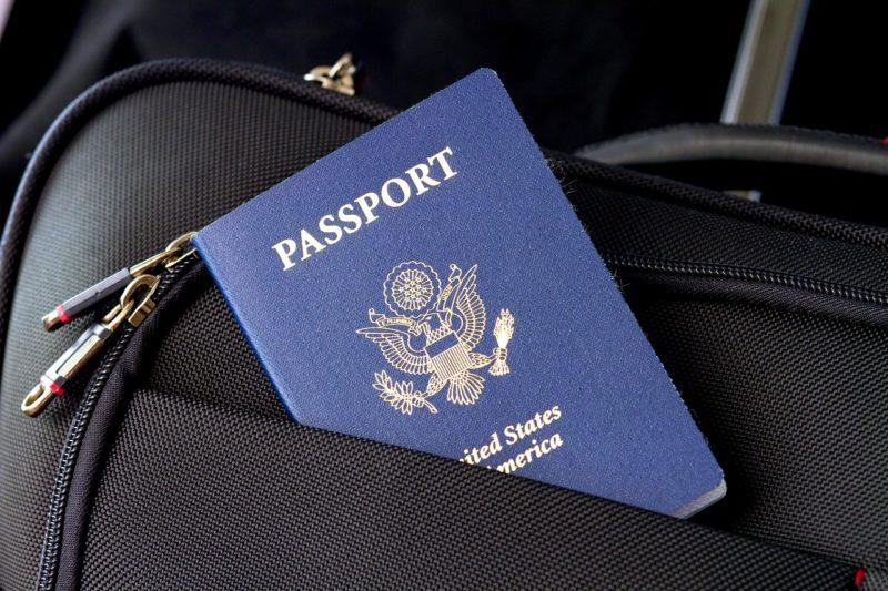 דרכון אמריקאי במזוודה