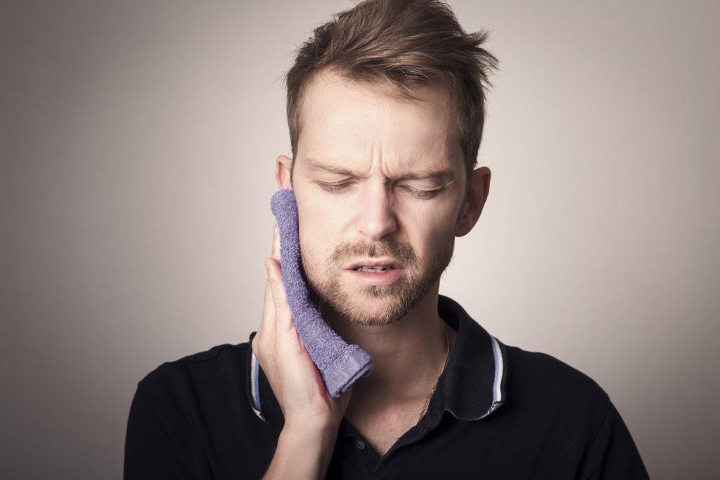 גבר עם כאב חזק