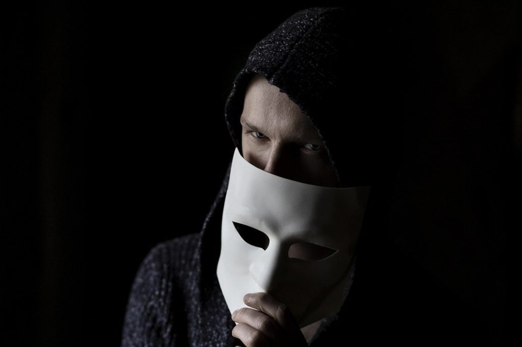 איש מחזיק מסיכה